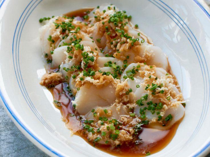Du kan lage sashimi med fisk og sjømat etter ønske. Bare husk å bruke råvarer av god kvalitet. Kamskjellene får en nydelig smak marinert i lime, soya og litt ingefær. Toppet med pepperrot får retten den perfekte piffen.    Server gjerne som en lekker forrett!
