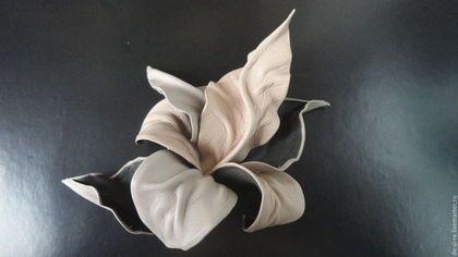 Брошь-цветок из  кожи орхидея `Make-Up` Брошь на сумку, пояс, шляпу, пальто, шубу, пиджак, платье, свитер,шарф,шаль, платок, палантин, верхнюю одежду.  Подарок женщине, себе любимой.
