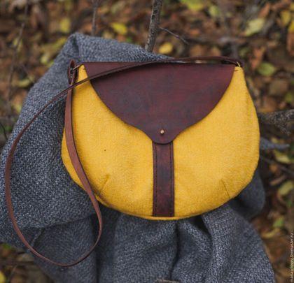 Купить или заказать Маленькая сумочка для прогулок. Текстиль+кожа в интернет-магазине на Ярмарке Мастеров. Текстильно-кожаная сумочка ручной работы. По ощущениям - крепкий кофе с карамелью, очень вкусная) Текстиль - буклированная ткань. Кожа - плотная состаренная. Внутри - вручную окрашенный хлопок с ручной набойкой. В нескольких цветах: коричневый однотонный бежевый…