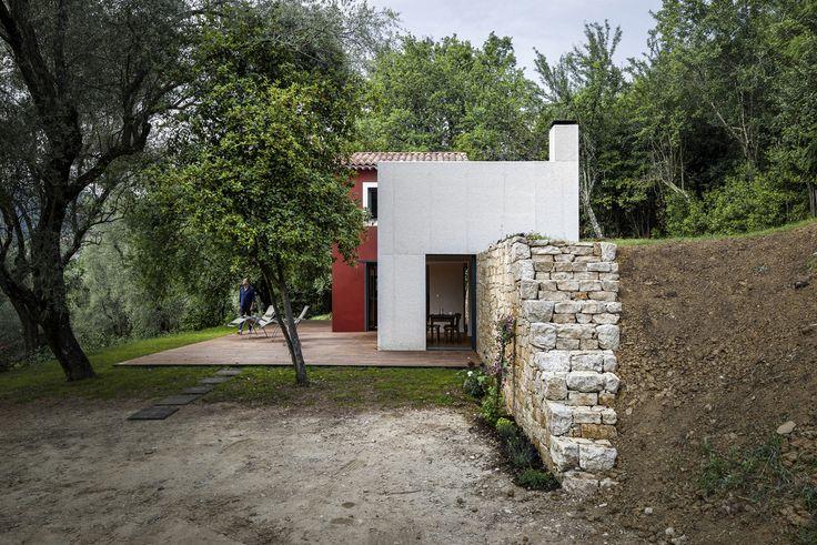 Поскольку дом находится на склоне были обновлены подпорные стены и ступеньки на участке. .