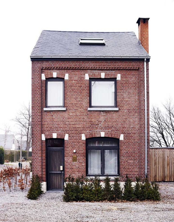 Small house petites maisons pinterest a house for Brick home floor plans