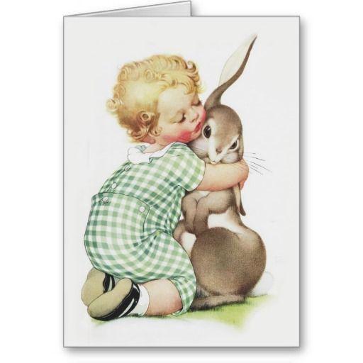 De vintage kunst van kinderen van een klein peutermeisje met kort blonde krullend haar die een groot konijn een grote omhelzing geven.  Zij is op haar knieën en het dragen van een groene en witte borrelsverbindingsdraad met witte sokken en zwarte schoenen.   Het konijn schijnt enigszins verrast bij dit show van affectie.  Hij heeft omhoog één lang oor beneden en het andere lange oor.