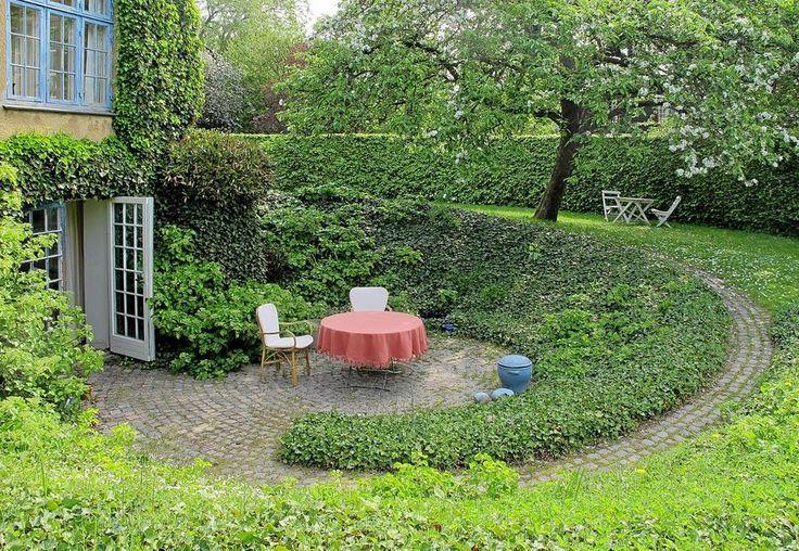 Den store havearkitekt C.Th. Sørensen tegnede i sin tid en ganske særlig have til sin datter. Haven eksisterer endnu og er unikt udformet med udgangspunkt i buede linjer og spiraler.