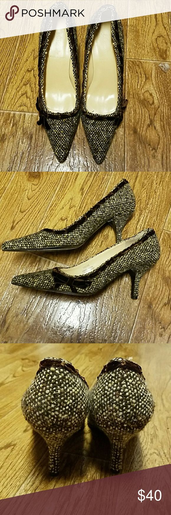 🎉🎉🎉J. Crew ladies pumps🎉🎉🎉 Super cute tweed J. Crew pumps with cute little bows. Pre loved.. Size 7. 3in heels. Made in Italy. J. Crew Shoes Heels