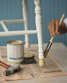 Avant de peindre une chaise ou un petit meuble léger, enfoncer légèrement un clou dans chaque pied afin qu'ils sèchent plus vite et qu'ils ne collent pas au papier.