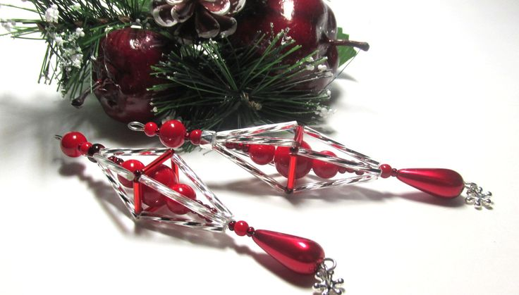 Vánoční ozdoba _ Vřeténko červenostříbrné Vánoční ozdoba . Použity kroucené tyčky , tyčky,červéný rokajl,korálky červené a voskovka ve tvaru slzy. Ukončeno postříbřenou vločkou.Délka cca 11 cm.Vhodné k zavěšení na stromeček , na větvičku. Krásný dárek :D