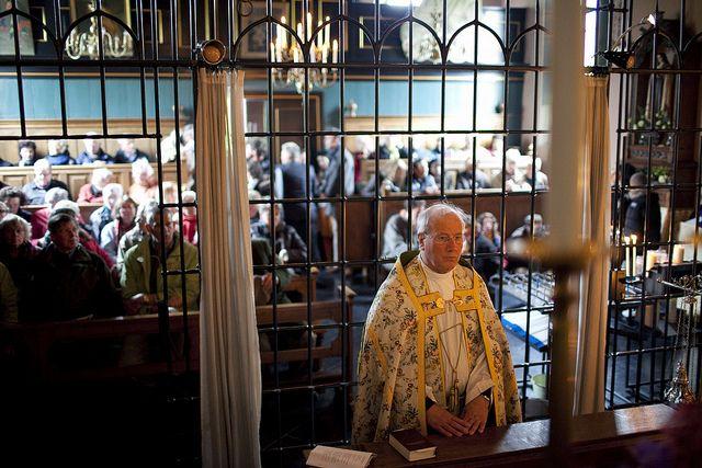 Plebaan Wagenaar van de kathedraal in Groningen bij het begin van het lof in het heiligdom van Warfhuizen