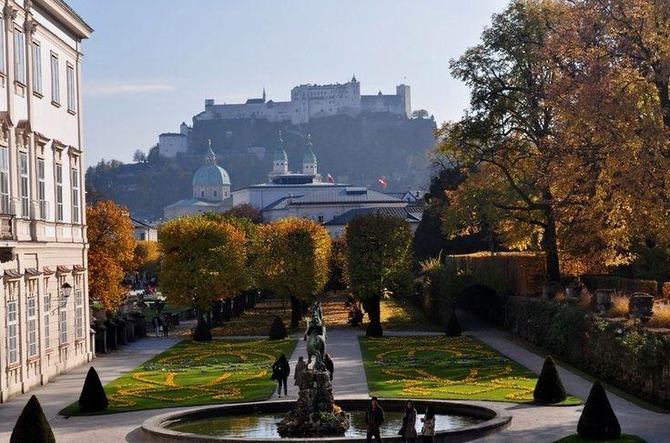 Mirabell, Salzburgo, Áustria Célebre por cenas de A Noviça Rebelde, o Palácio Mirabell ostenta um jardim de opressiva beleza. É tudo tão limpo e bem cuidado que beira a falsidade. À sombra do Castelo e da Catedral de Salzburgo, tudo fica ainda mais encantador.