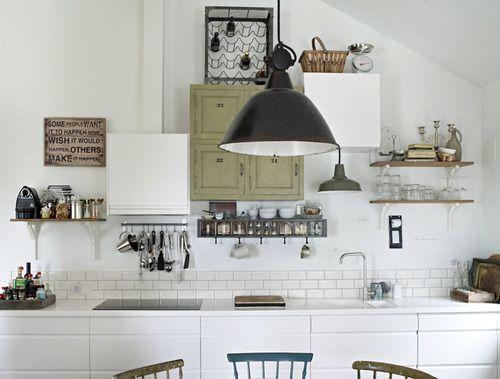 Il fascino senza tempo di una cucina ultra-basic: mensole, piastrelle, bianco, nero... (un pensiero di Sabrine, FRAGOLE A MERENDA)
