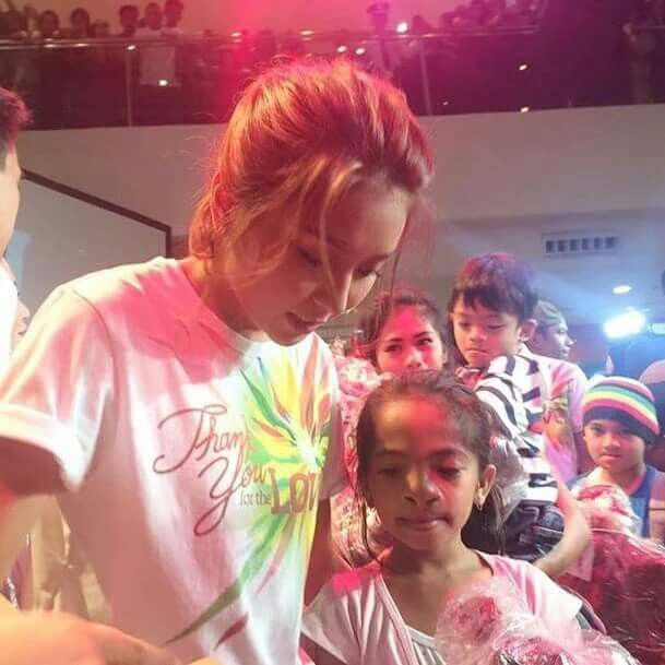 """This is the pretty Kathryn Bernardo helping out a fan during the Pangako Sa 'Yo Thanksgiving Day held at Ayala Fairview Terraces last November 29. Indeed, Kathryn and the cast of """"Pangako Sa 'Yo"""" are grateful to the fans. #KathrynBernardo #TeenQueen  #PangakoSaYo #PSYThanksgivingDay"""
