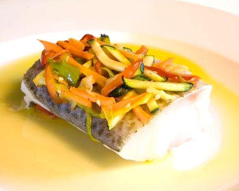 Bacalao a la plancha con confitura de tomate y verduras al revés