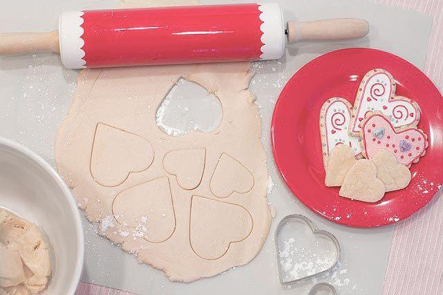 Cómo decorar galletas con glasa real. Te enseñamos a hacer glasa real de delineado y de relleno y te explicamos a hacer galletas decoradas paso a paso.
