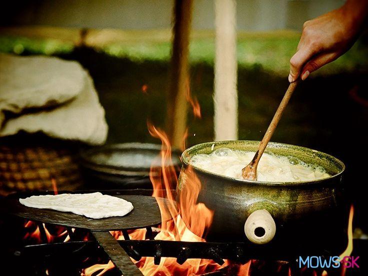Nekysnuté pšeničné placky a jablková kaša na ohni