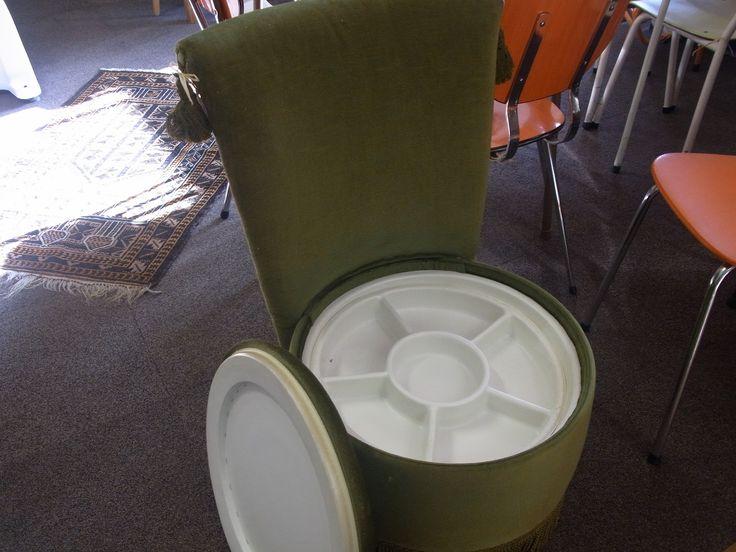 Vintage naaidoos stoel in goede staat. De stof is groen velours en het binnenwerk is in goede staat. Prijs € 60.00
