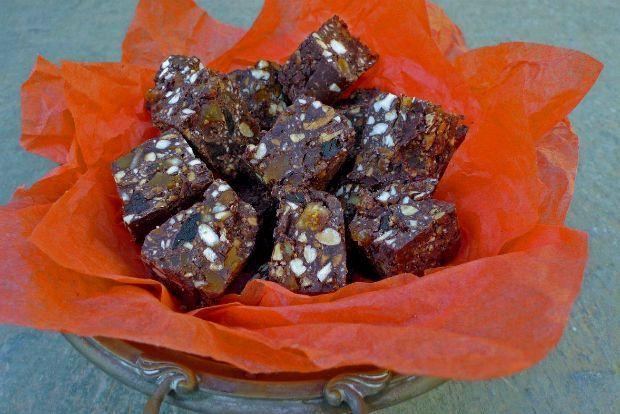 Οι σοκολάτες αυτές είναι μια ακατέργαστη εκδοχή γλυκού, που αν και δεν περιέχουν πολύ λίγη ζάχαρη αρέσουν πολύ σε μικρούς και μεγάλους. Τις φτιάχνω συνεχώς παραλλάζοντας τη συνταγή ανάλογα με το τι έχω στα ντουλάπια: φυστίκια Αιγίνης αντί για φουντούκια, ξερά βερύκοκα και σταφίδες αντί για σύκα...