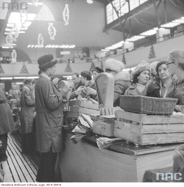 Hala Mirowska. Grudzień 1972 r. Stoisko z owocami i warzywami