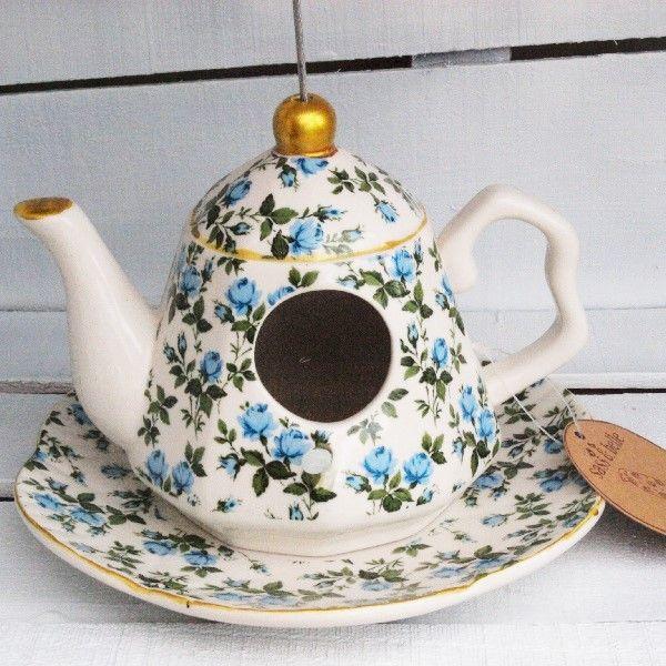 Nichoir en faïence anglaise Sass and Belle, en vente dans la boutique anglaise Esprit British : http://www.esprit-british.com/categorie-produit/deco/deco-jardin/