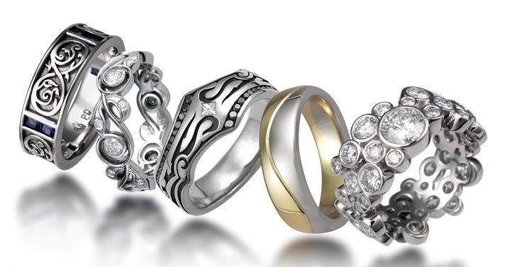 Как правильно выбрать стильные и оригинальные обручальные и свадебные кольца, чтобы они гармонично подошли жениху и невесте. Советы и рекомендации по выбору свадебных обручальных колец – подборка фотографий необычных колец из золота и платины с драгоценными камнями для свадебной церемонии (Ах эта свадьба пела и плясала)