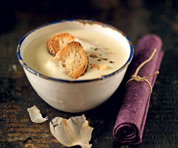 Pour dégustez une délicieuse soupe à l'ail, vous aurez besoin de: 10 GOUSSES D'AIL ROSE DE LAUTREC 1 ŒUF 10 CL D'HUILE DE TOURNESOL 1 C. À CAFÉ DE MOUTARDE 1 BAGUETTE SEL ET POIVRE DU MOULIN