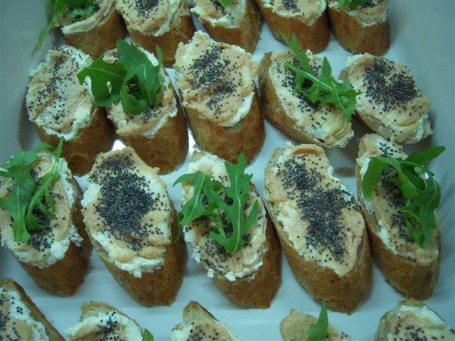 mini kanapki z pasta lososiowa