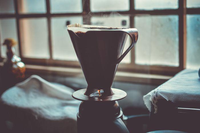 """コーヒーの最初に落ちた一滴を特別な意味を込めて""""ファーストドリップ""""と呼びます。    それは、最初に落ちた、その一滴が""""一番美味しい""""からです。    普通に淹れていれば、サーバーのなかに落ちるので何の問題もありません。"""