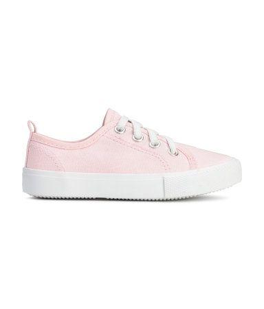 Sneakers van katoenen canvas met een elastische vetersluiting. De schoenen hebben een lusje achter, een voering en een binnenzool van textiel en een geribbelde rubberen buitenzool.