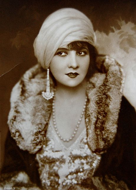 Lucy Doraine (1898-1989) Hungarian silent film actress - 1 long earring?