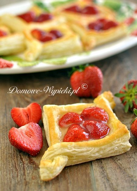 Szybkie ciastka z ciasta francuskiego z budyniem i świeżymi owocami. Owoce polane są polewą do tortów, aby ładnie się błyszczały....
