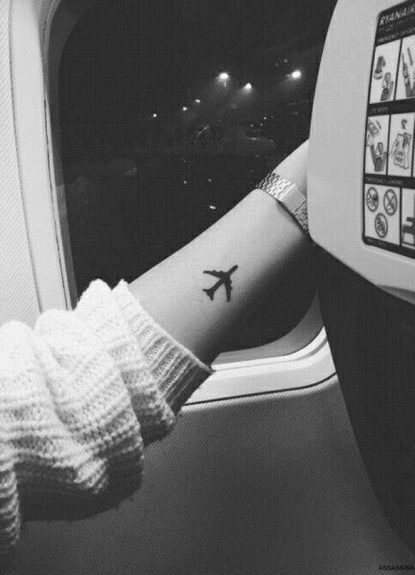Kleines Flugzeug als Tätowierung für die Innenseite des Unterarms