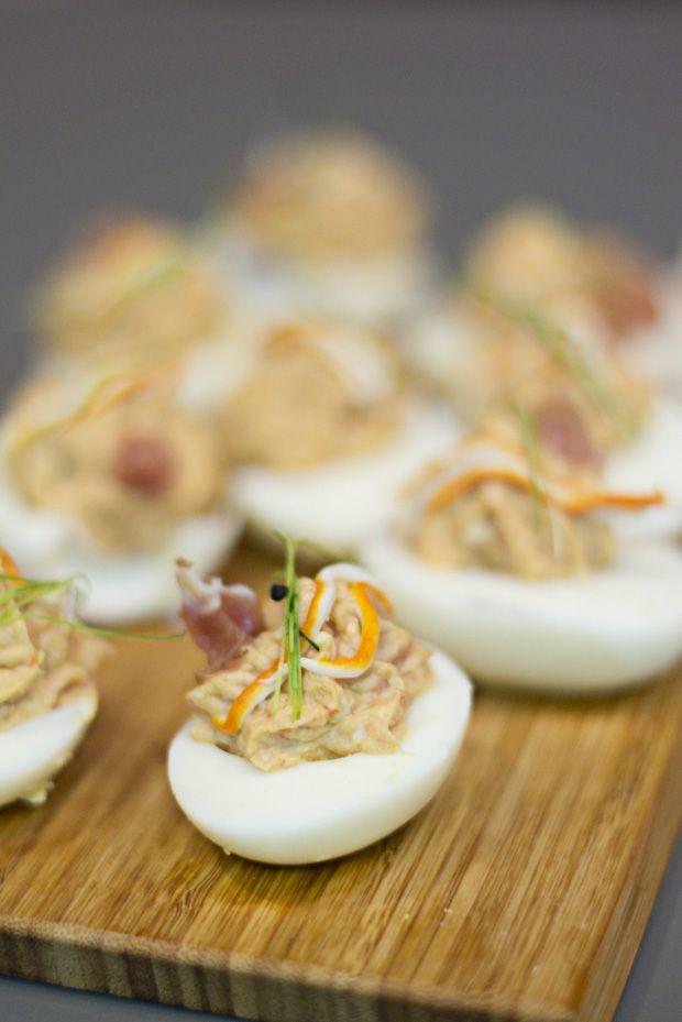 receta de huevos rellenos de marisco y salsa cocktail