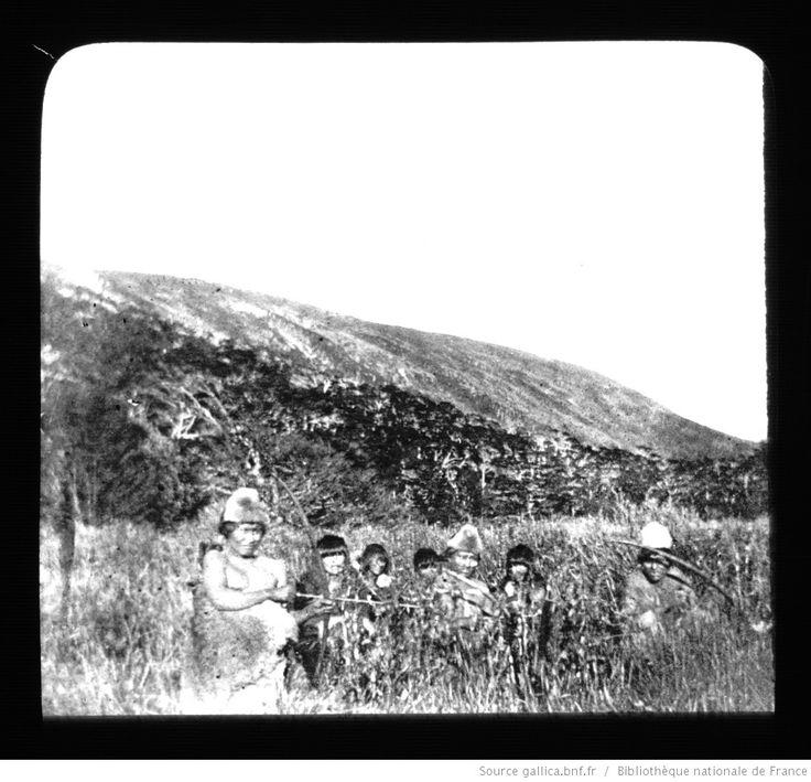 Terre de Feu-Patagonie. 25, Indiens cachés dans les buissons aux environs de Buen Suceso / [mission] Rousson et Willems ; [photogr.] Rousson ; [photogr. reprod. par] Molténi [pour la conférence donnée par] Willems