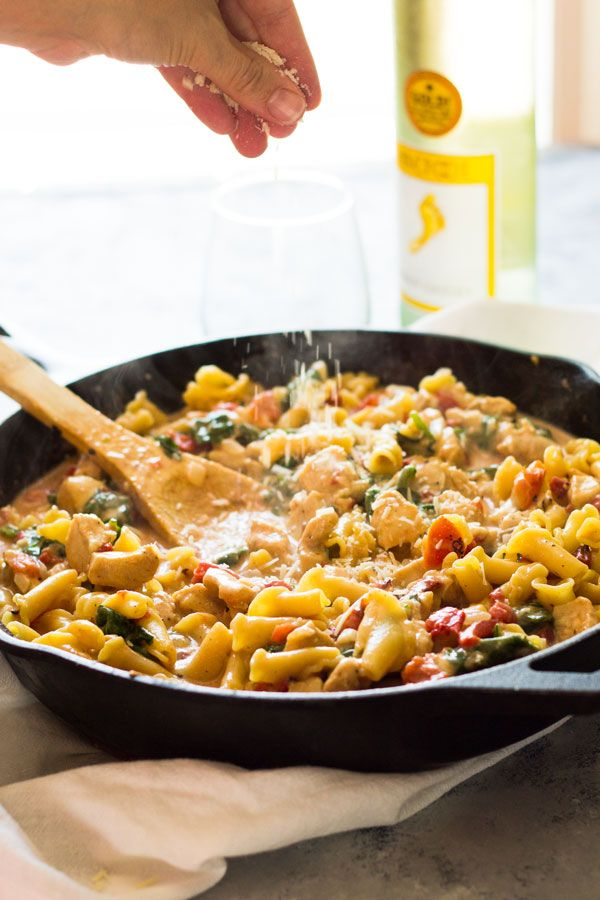 One Pot Chicken Florentine Pasta -is ready in 30 minutes. It's creamy, saucy and the whole family loved it! | www.countrysidecravings.com