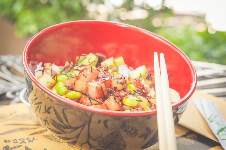 SALMON TERIYAKY BOWL Ciotola con base di riso , salmone teriyaky, avocado , lattuga, ravanello, alghe wakame, zenzero e semi di sesamo