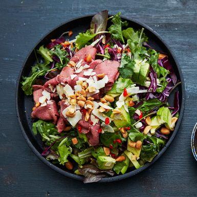 Allehanda sorters kål är bara så bra mat! I den här rödkålssalladen med asiatisk dressing kan du lika väl ta grön-, vit- eller spetskål – eller varför inte en blandning? Förstärk med gröna salladsblad, avokado och sojabönor. Bjud med rostbiff och salta jordnötter. Gott!