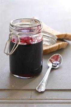 De la confiture fraises-cassis avec les fruits du potager...