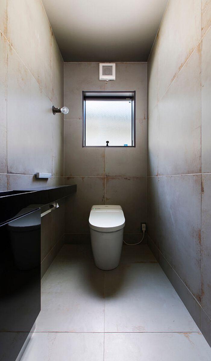 壁と天井を同じ大判のタイルで仕上げました クロスや塗りとはまた違った表情がみえます クラシスホーム 二世帯住宅 シンプル トイレ