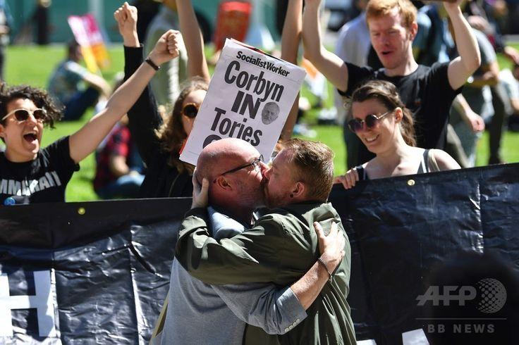 英ロンドン中心部の国会議事堂前で、北アイルランドの統一民主党に対する抗議活動が行わわれる中、キスをする2人の男性(2017年6月10日撮影)。(c)AFP/Justin TALLIS ▼12Jun2017AFP|メイ政権のカギ握る英地域政党DUP、主張や過去に懸念 http://www.afpbb.com/articles/-/3131698