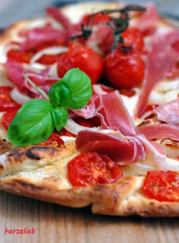 """Pizza selber machen – das geht schneller als man sie einkaufen kann! Aber ein Rezept für Pizza ohne Tomatensoße? Was ist denn das nun wieder für ein Rezept, werdet ihr euch sicher fragen. Es ist in der Not entstanden, denn … <a href=""""http://herzelieb.de/blonde-pizza-frischkaese-statt-tomatensosse/"""">Weiterlesen</a>"""