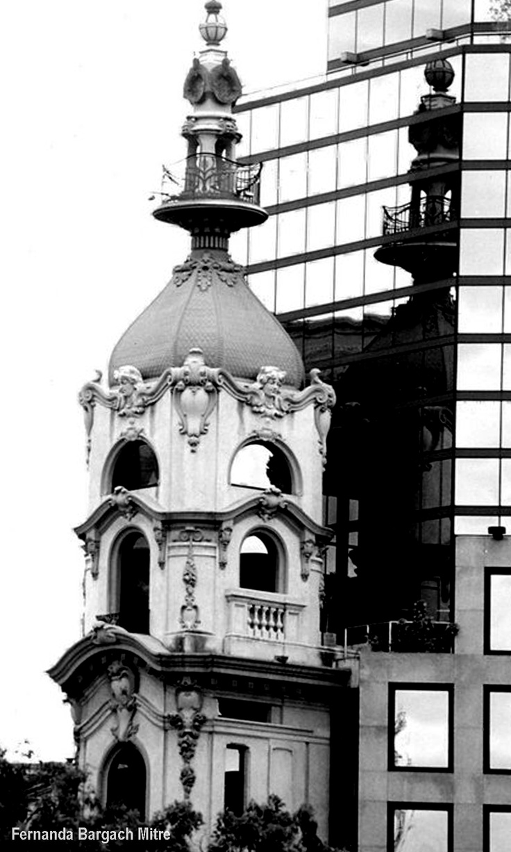 Esquina de Tucumán y Talcahuano.  Mi barrio de pequeña. Amo sus calles estrechas y su aroma a estudios de escribanos y abogados. Arquitectura de belleza ecléctica.  Unico