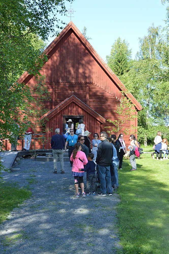 Juhannusiltamat alkavat perinteisellä hartaushetkellä Turkansaaren vanhassa kirkossa. Vain nopeimmat mahtuvat sisälle kirkkoon.