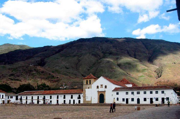 Villa de Leyva, uno de los pueblos más hermosos de Colombia, cautiva por su preservada arquitectura colonial, inmersa entre valles y paisajes agrícolas.