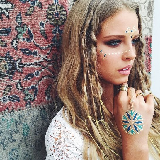 Upgrade your flash-tat game by arranging the shiny stickers onto your face, for fresh festival spirit.