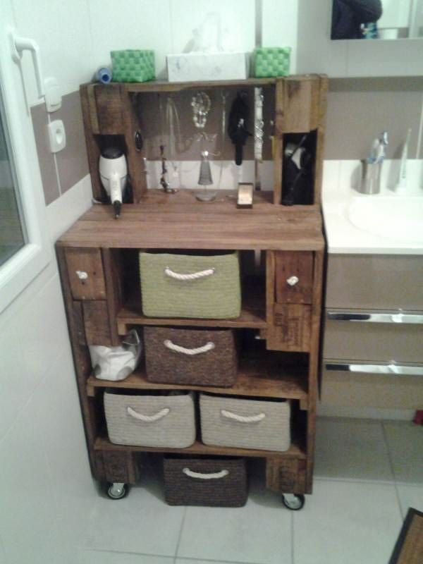 Bathroom cabinet made from 2 recycled EURO pallets and one lost pallet. 2 palettes EURO + 1 palette perdue. Teinte chêne rustique.