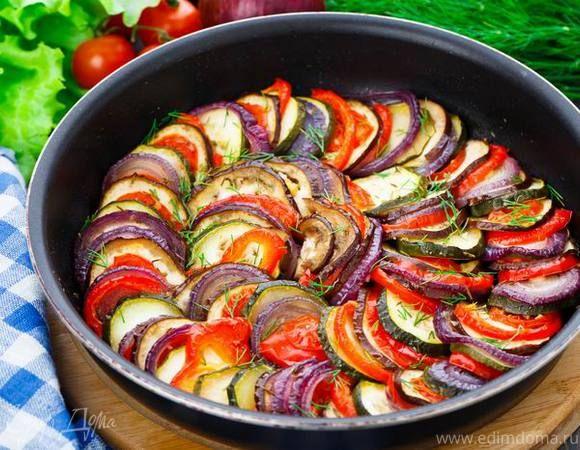 Рататуй  Простое в приготовлении овощное блюдо с ароматными травами и оливковым маслом. Готовится очень быстро — разложите в форму необходимые ингредиенты и запекайте 20 минут. #едимдома #рецепт #готовимдома #кулинария #домашняяеда #рататуй #овощи #кабачки #баклажаны