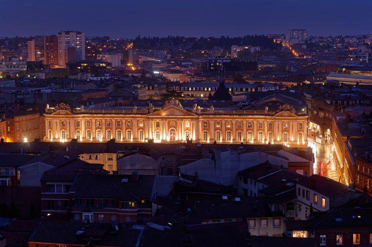 La place du Capitole, de nuit.