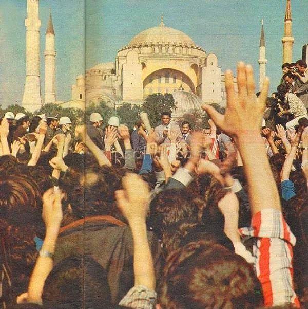 Мухаммед Али обращается к собравшимся возле храма Айя София