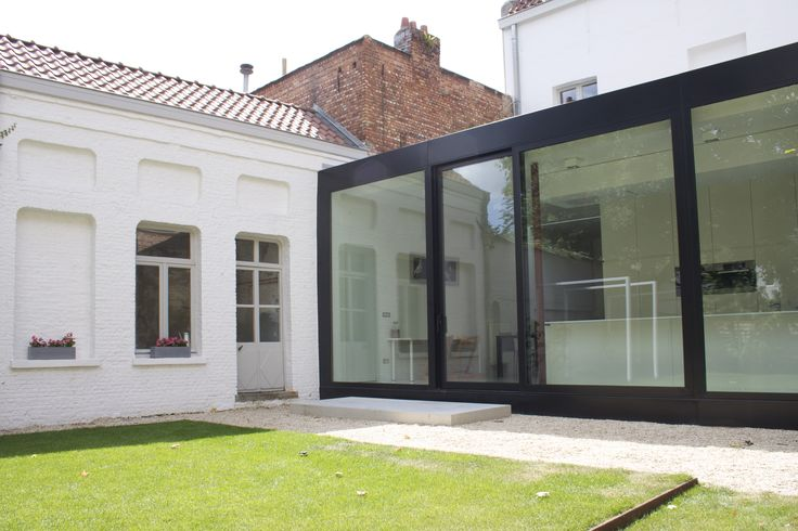 studio k - tuin mechelen 2010 (verhoogd gazon, cortenstaal, pergola wit gelakt staal, castle grind, gepolierde beton, uitbouw in zwart gelakt aluminium van asterisk liebert poels architecten)