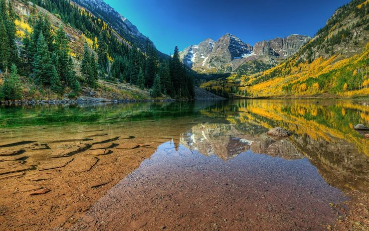 Crystal clear mountain lake - Maroon Bells, Colorado, USA