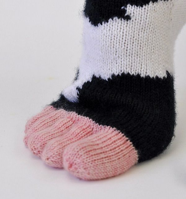 If I ever knit socks, these are definitely on the list! Moo toes - free pattern