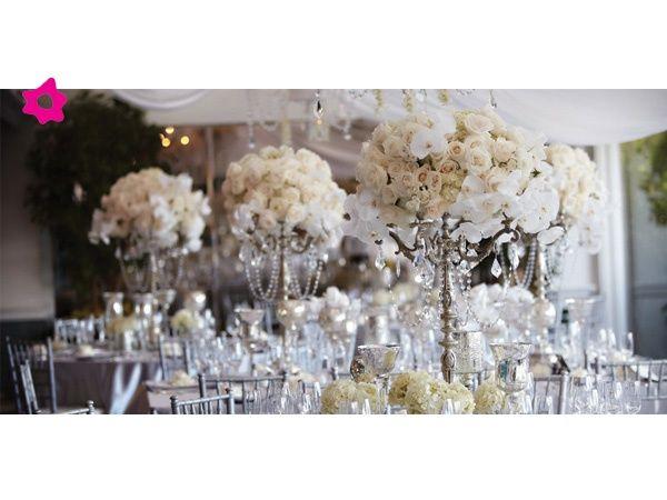 Para crear un mayor y perfecto efecto en los arreglos de flores de la boda, lo mejor es que los centros de mesa de boda sean altos, cilíndricos y de cristal transparente.